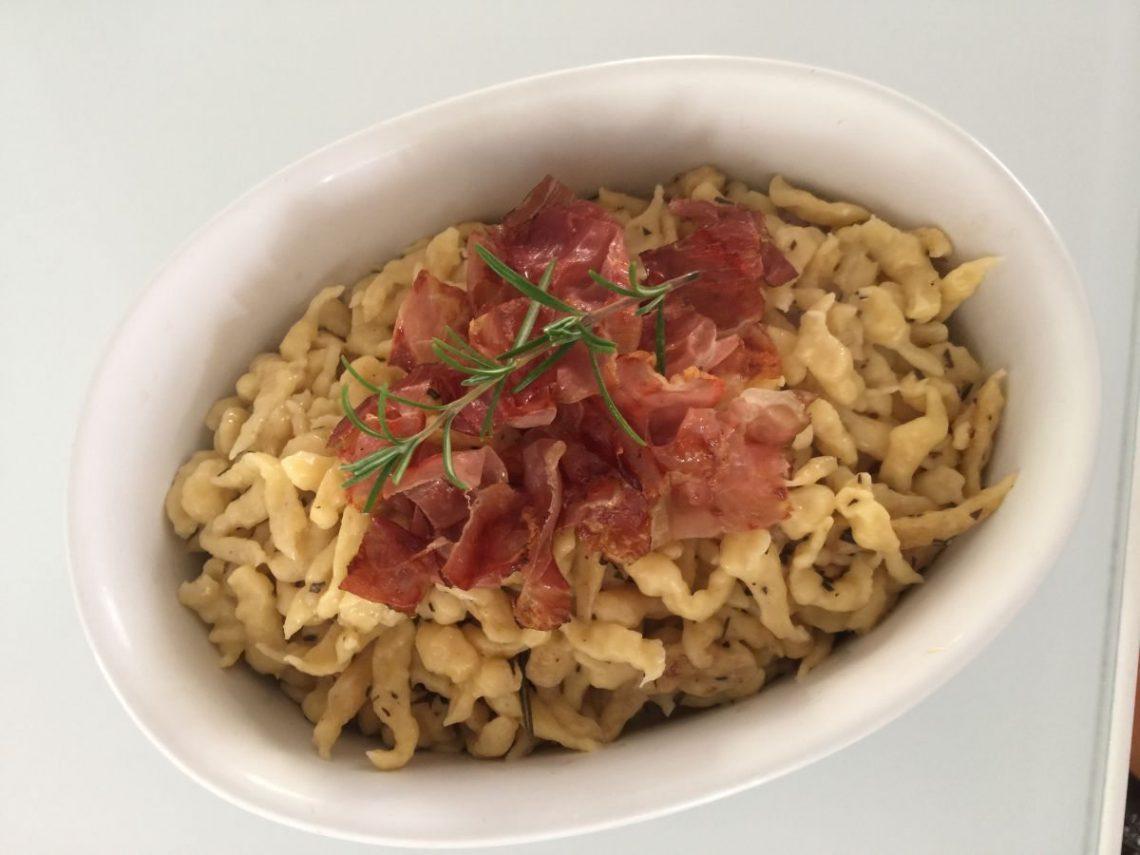 Spätzle al rosmarino e gorgonzola con speck croccante