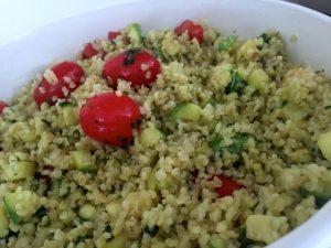 Insalata di bulgur con verdure e pesto leggero