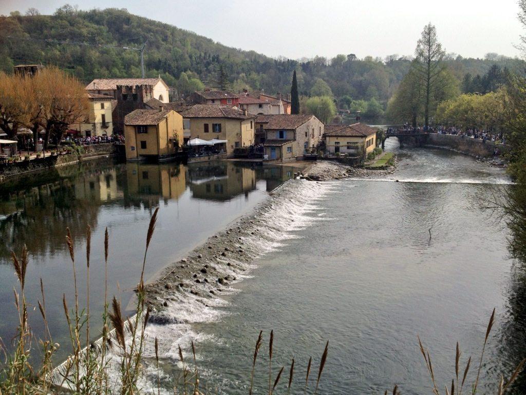 Lungo il fiume mincio tra piccoli borghi leggende e battaglie - Il giardino sul fiume ...