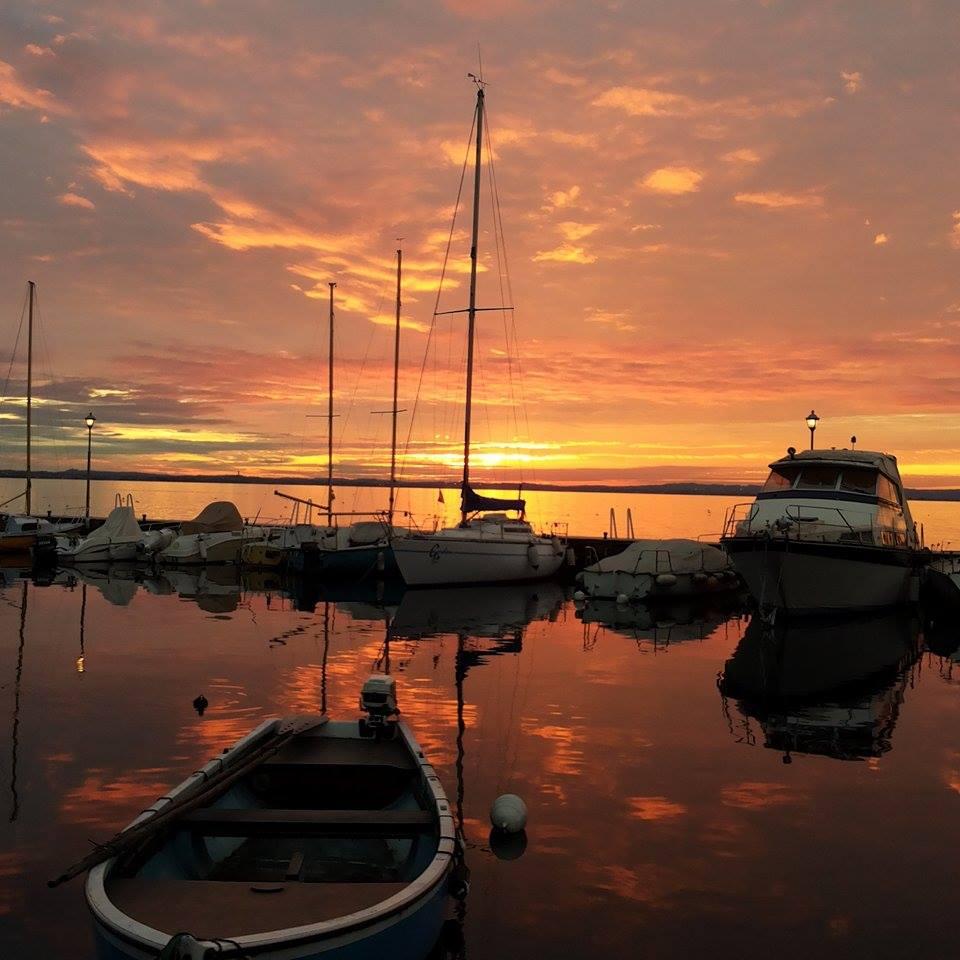 tramonto lago di garda barche