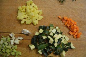 Vellutata di verdure con ceci e crescenza