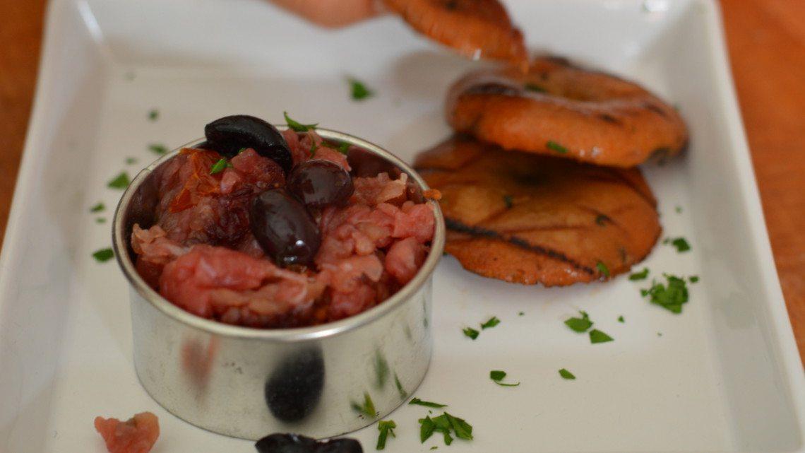 Tartare di carne salada con funghi grigliati