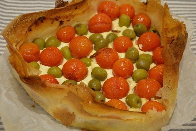 Torta salata con pasta fillo pomodorini e olive verdi