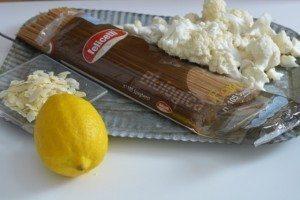 Spaghetti con crema di cavolfiore e mandorle tostate