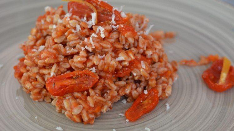 Insalata di farro con pesto di pomodorini confit