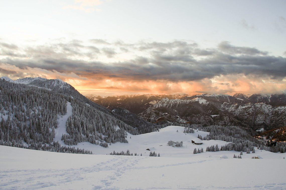 Panoramica invernale sui prati e boschi di Tremalzo