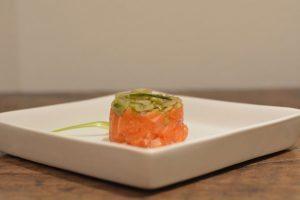 Tartare di salmone e puntarelle