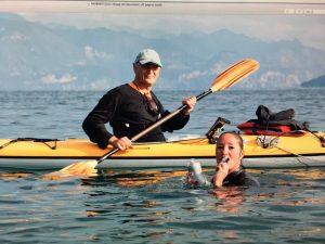 In memoria del fratello attraversa il Garda a nuoto