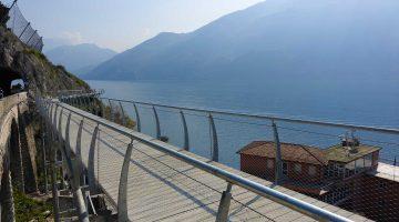 Percorri assieme a noi i 2,5 km della ciclopedonale di Limone sul Garda sospesi a mezz'aria sul Lago di Garda