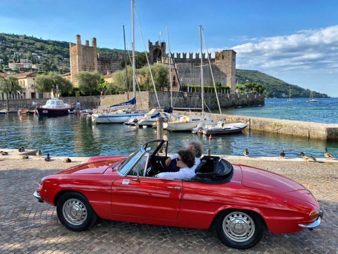 Alfa Romeo duetto spider sul Porto di Torri del Benaco.