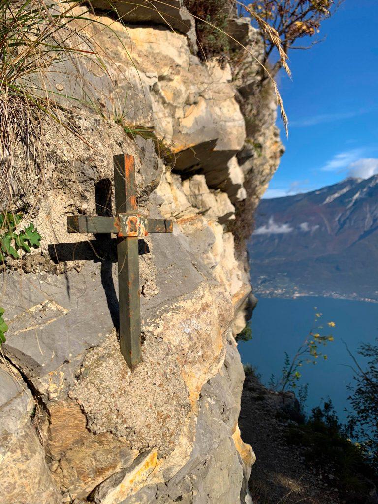 Passeggiata al Santuario di Montecastello a picco sul Lago di Garda.