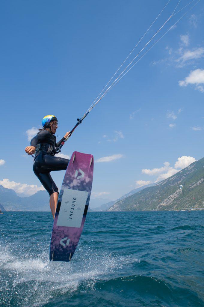 Volete provare a fare Kitesurfing? Il Lago di Garda è la meta ideale per questo sport!