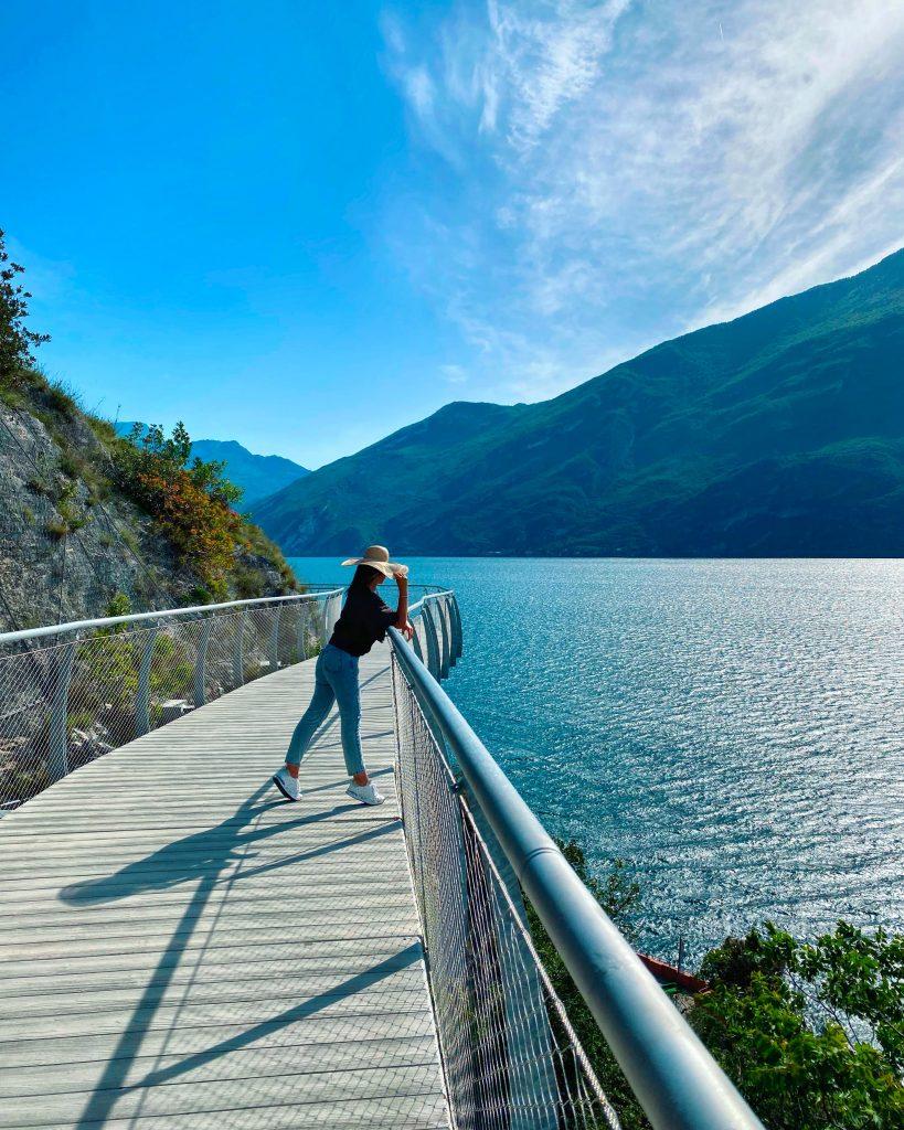 La pista ciclopedonale di Limone sul Garda a picco sul lago.