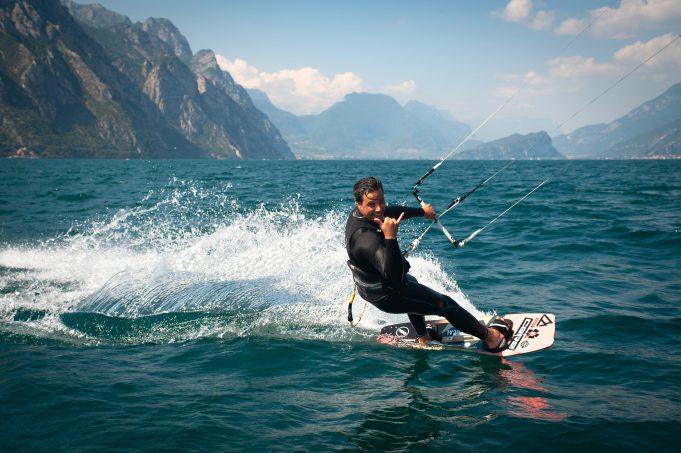 Kitesurfer sul Lago di Garda.