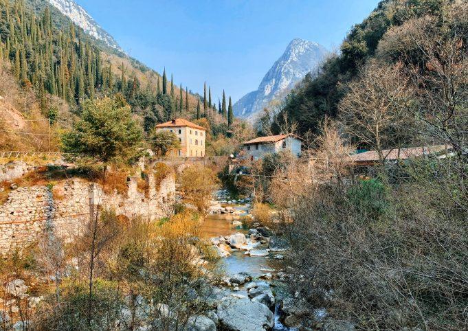 Valle delle Cartiere e il torrente Toscolano.