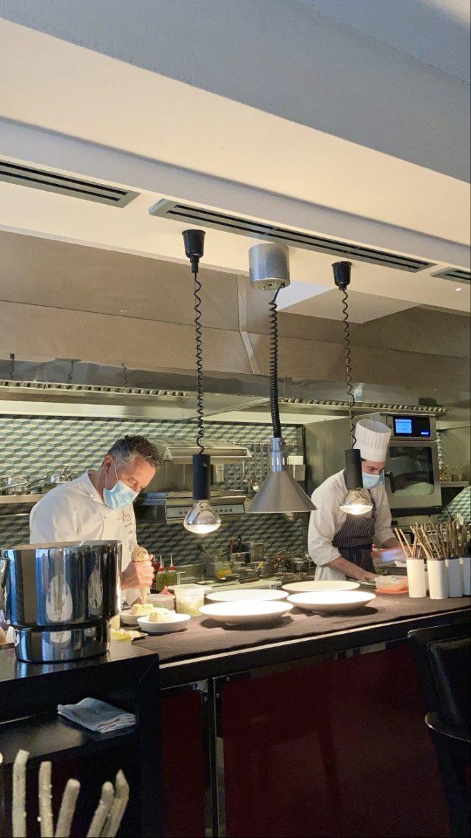 Lo Chef stellato Giancarlo Perbellini (a sx) all'interno della sua cucina.