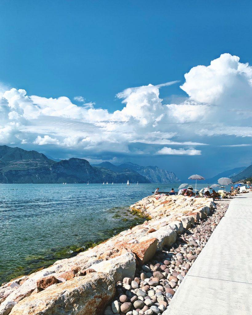 Must all'aria aperta: una giornata lungo la pista ciclopedonale nord-orientale del Lago di Garda.