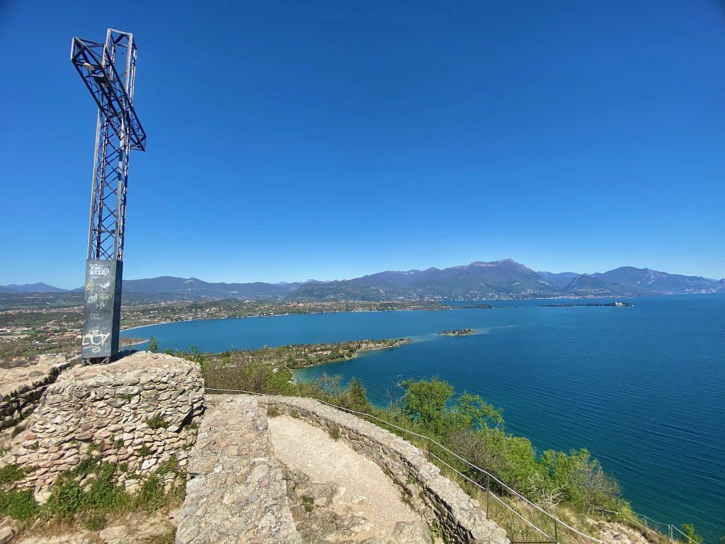 La Rocca di Manerba, custode del prezioso ecosistema del Lago di Garda.