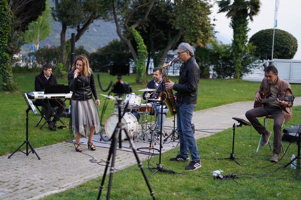 Garda Outdoors inaugura la stagione 2021 con un concerto jazz in live streaming sui suoi canali social.