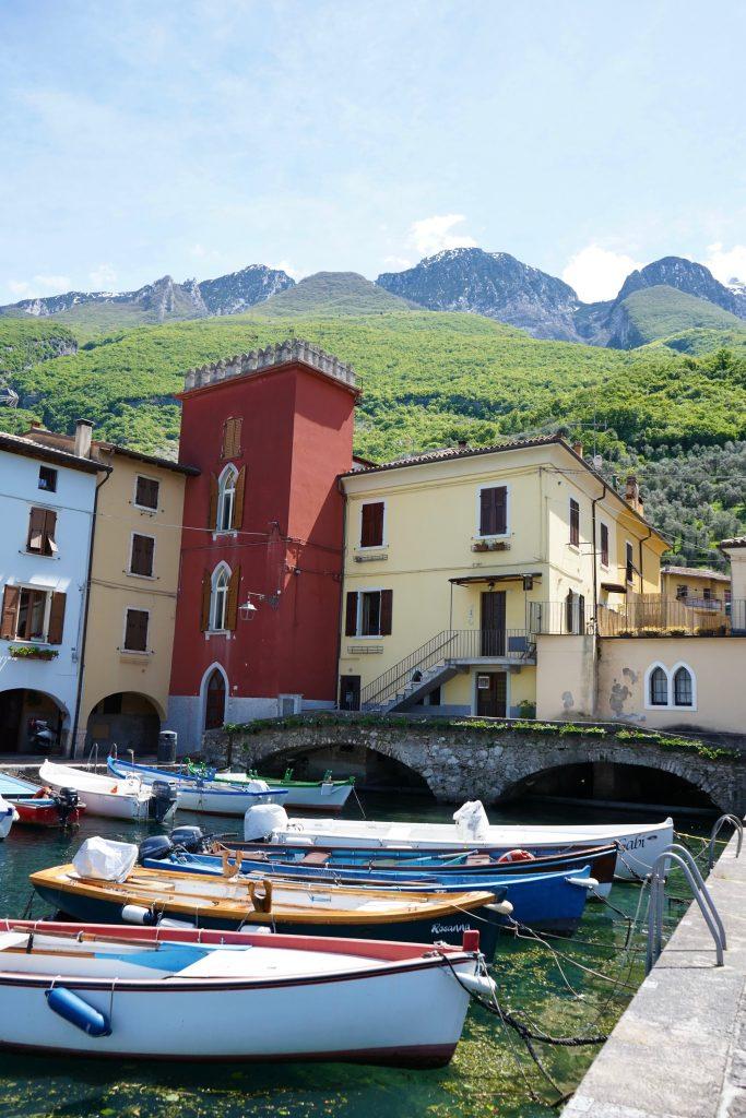 Alla scoperta di Cassone, incantevole borgo sul Lago di Garda, che ospita il fiume più corto del mondo.