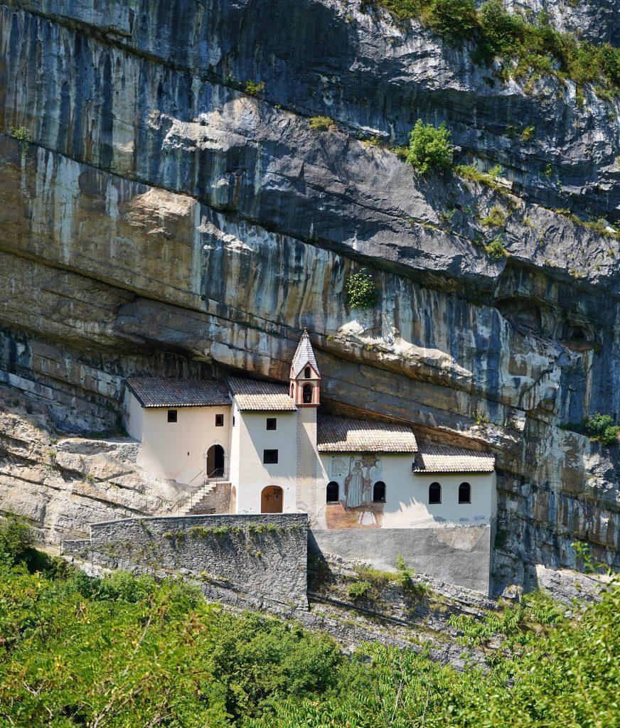 L'Eremo di San Colombano: una miniatura del Santuario di Madonna della Corona.